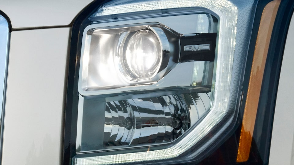 2020 GMC Yukon full size SUV exterior features signature lighting