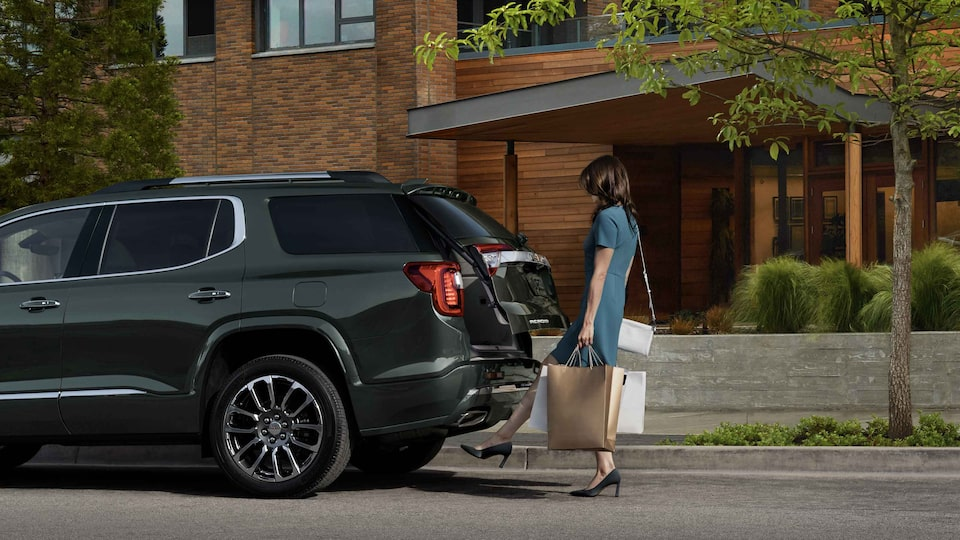 2021 GMC Acadia Mid-Size SUV using hands-free liftgate feature